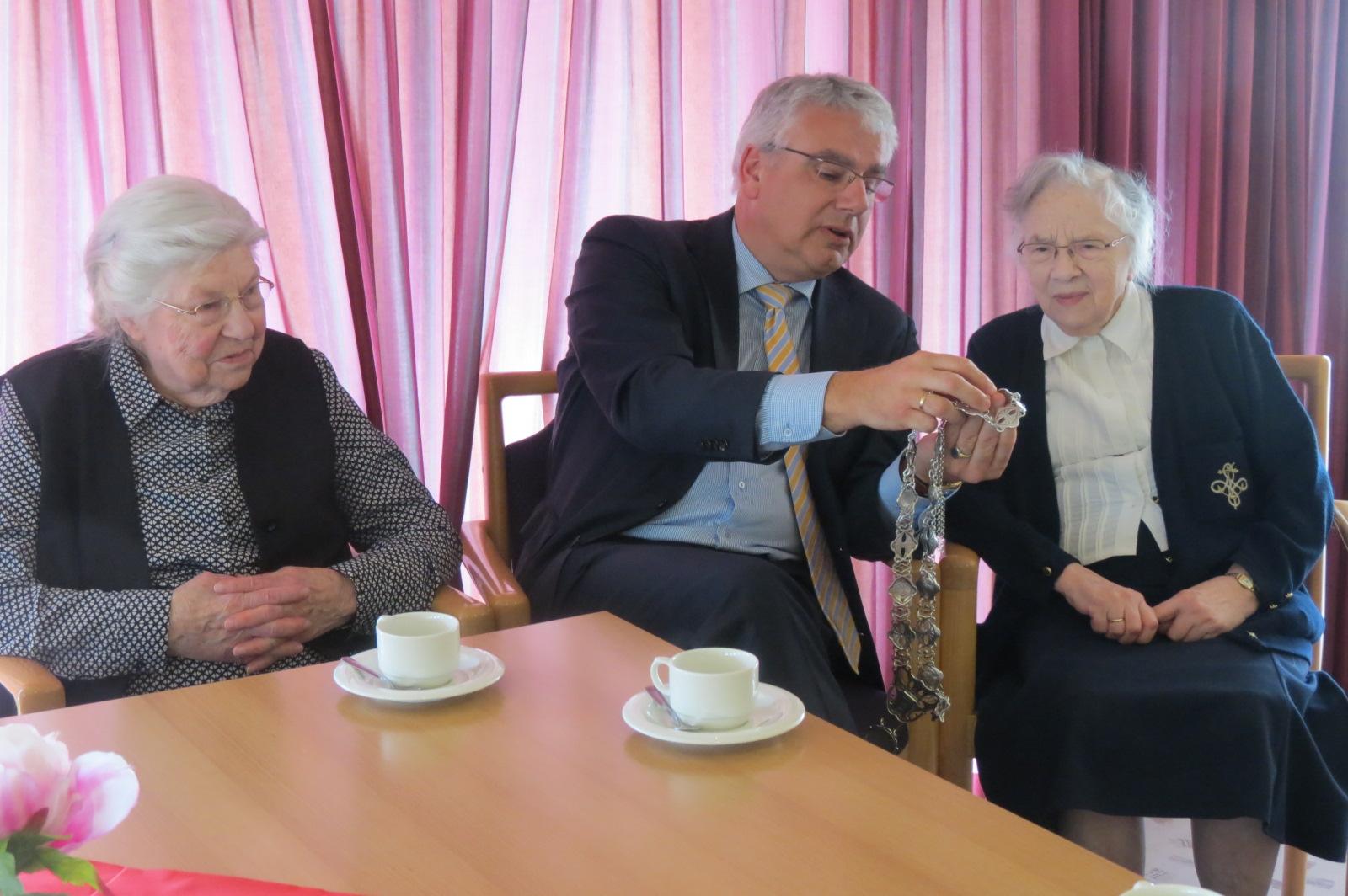 Foto bezoek burgemeester Koen aan d'Amandelhof.jpg