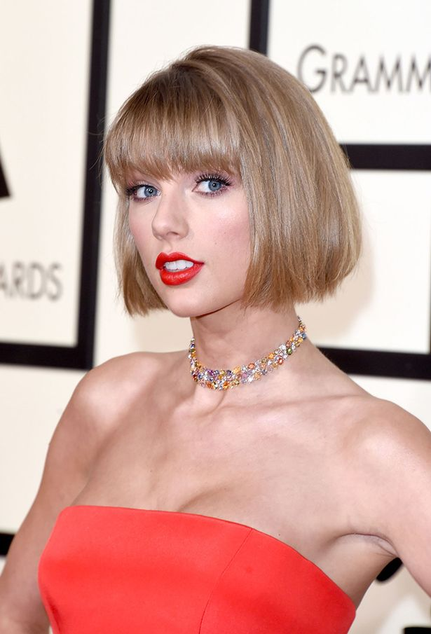 Taylor Swiftនៅលើកម្រាលព្រំពត៌ក្រហមក្នុងថ្ងៃទទួលពានរង្វាន់ Grammy Awards