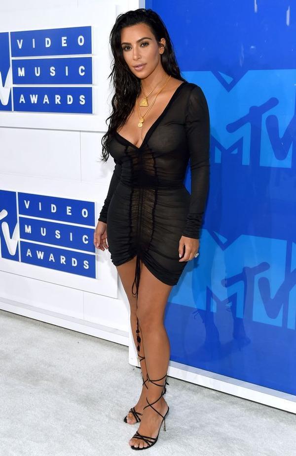 ម៉ូតសម្លៀកបំពាក់ប្លែកៗ ស្លៀកដោយកំពូលតារាល្បីៗ លើពិភពលោកនៅក្នុងកម្មវិធី MTV VMAs