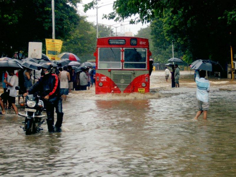 इस बारिश में भी भगवान भरोसे मुंबईकर,डेड लाइन समाप्त फिर भी जारी है कार्य