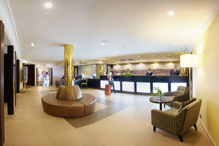Petro_Palace_Hotel_reception.jpg