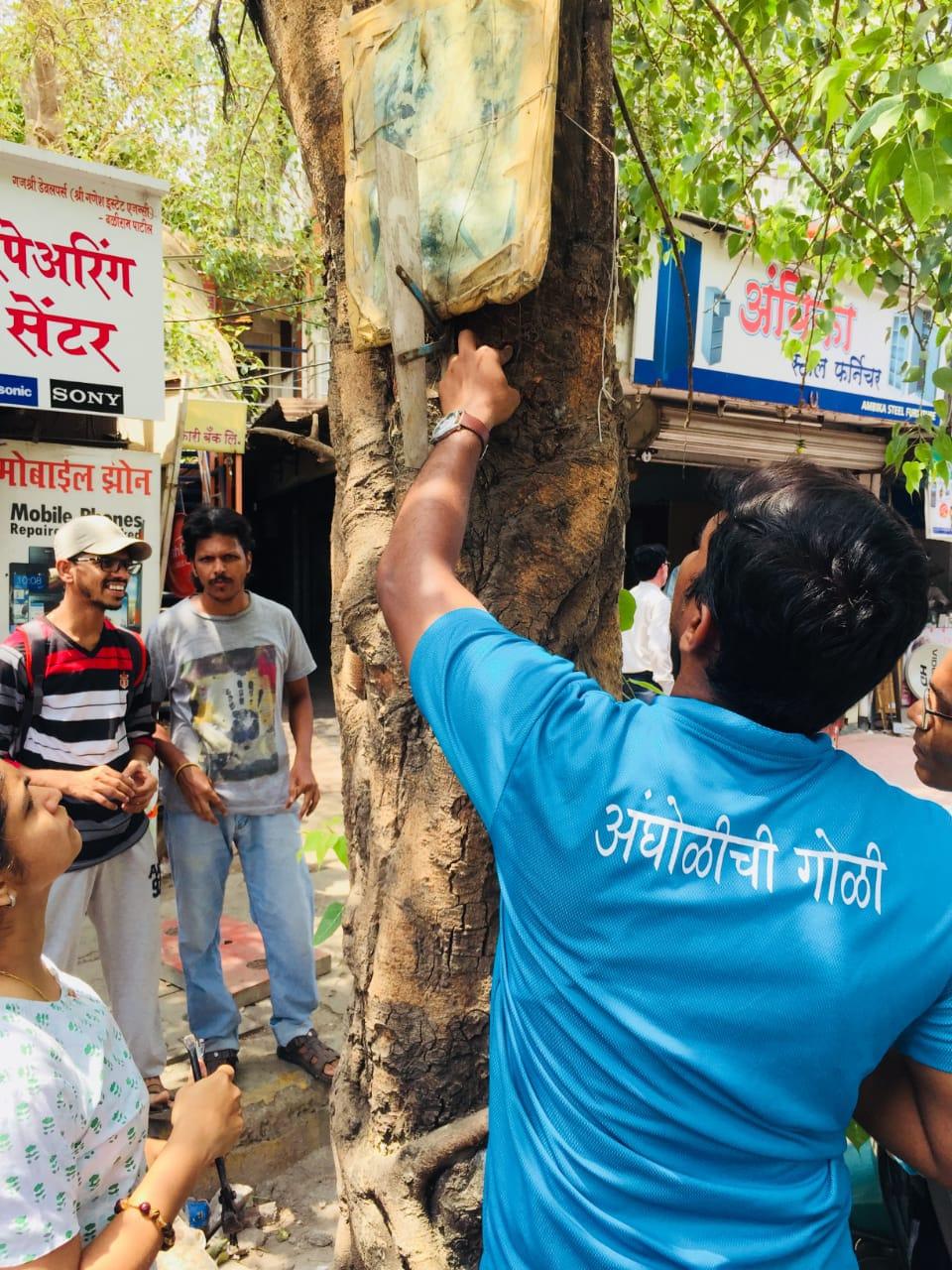 पर्यावरण दिन विशेष: मुंबईतल्या तरुणांनी केलं झाडांना वेदनामुक्त
