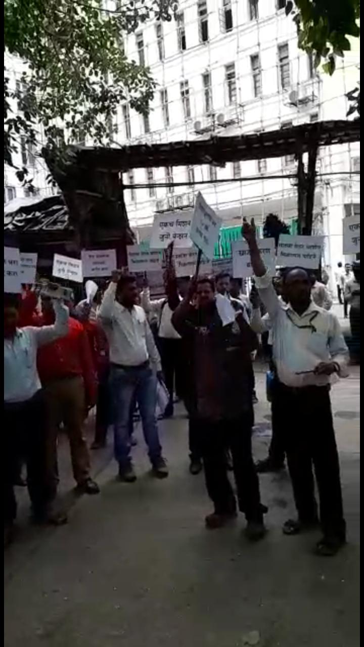 मंत्रालय के बाहर सरकारी कर्मचारियों का 'आक्रोश आंदोलन'