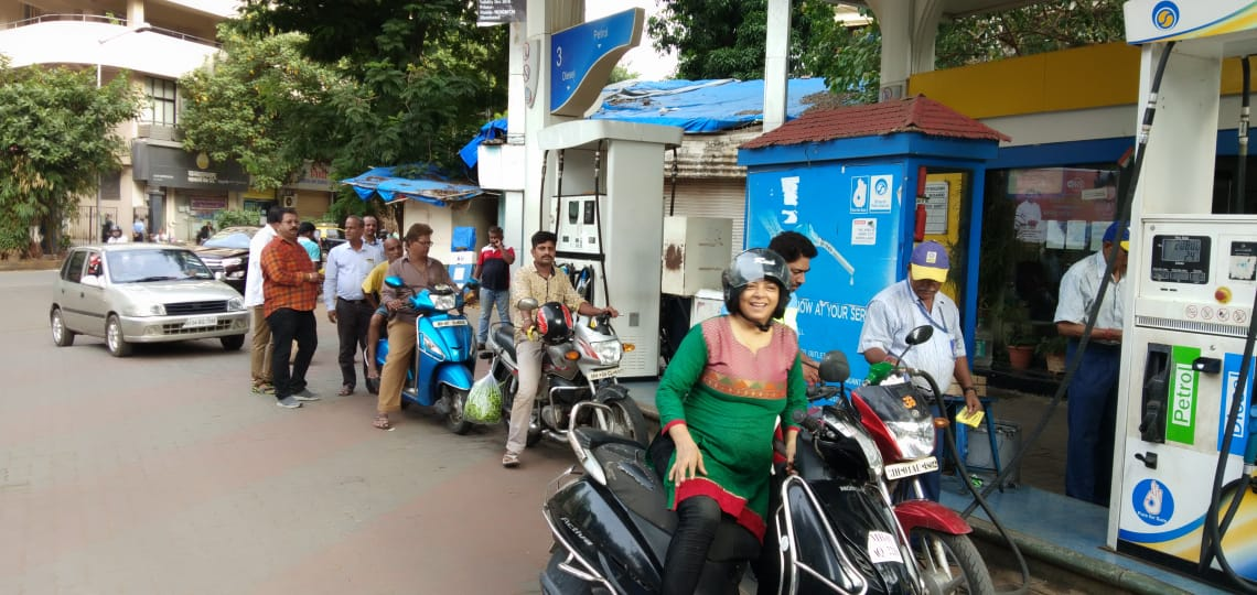 राज ठाकरेंच्या वाढदिवसानिमित्त मनसेकडून पेट्रोलवर ४ रुपयांची सवलत