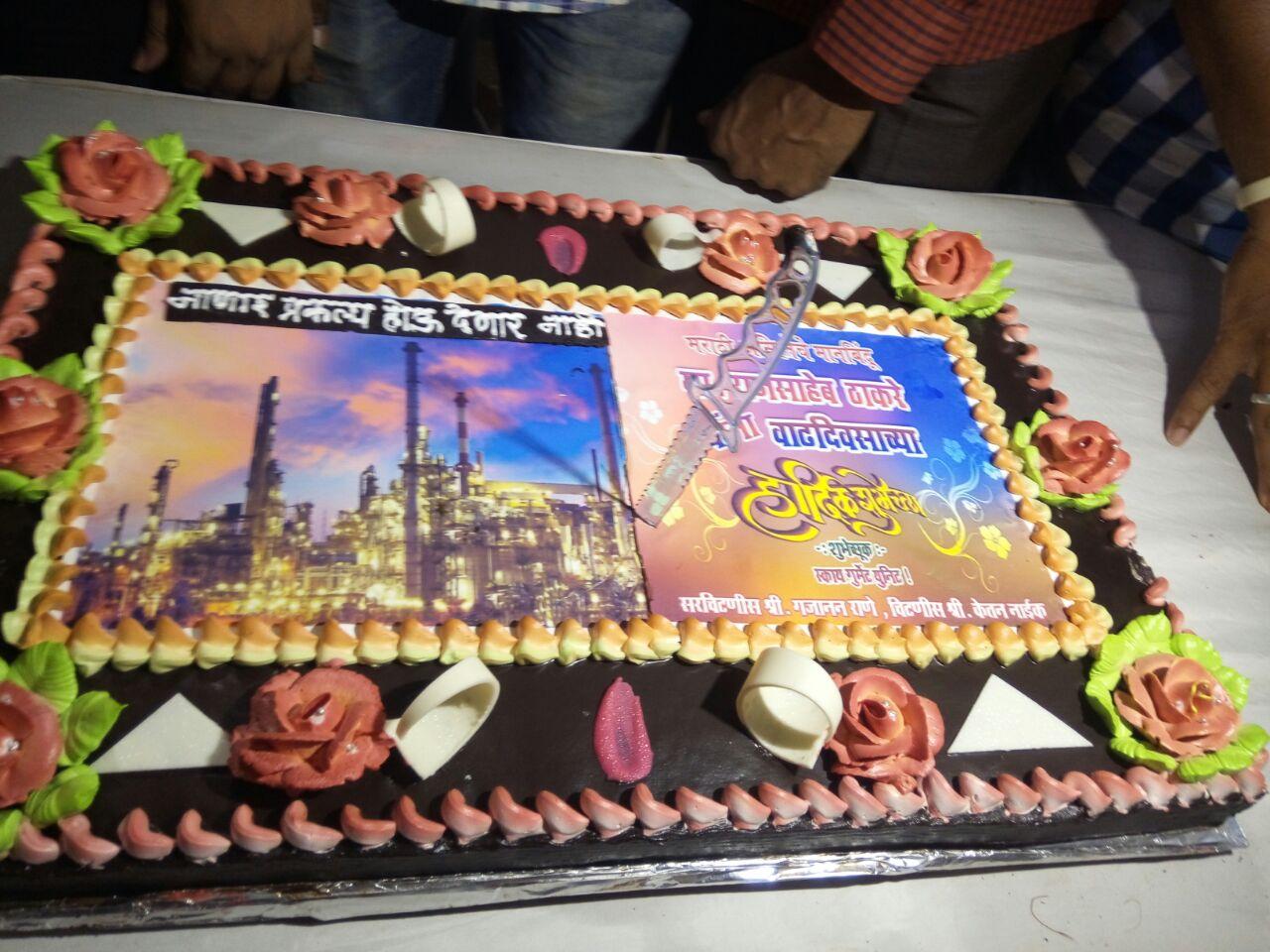 राज ठाकरेंनी कापला ईव्हीएमच्या प्रतिकृतीचा केक