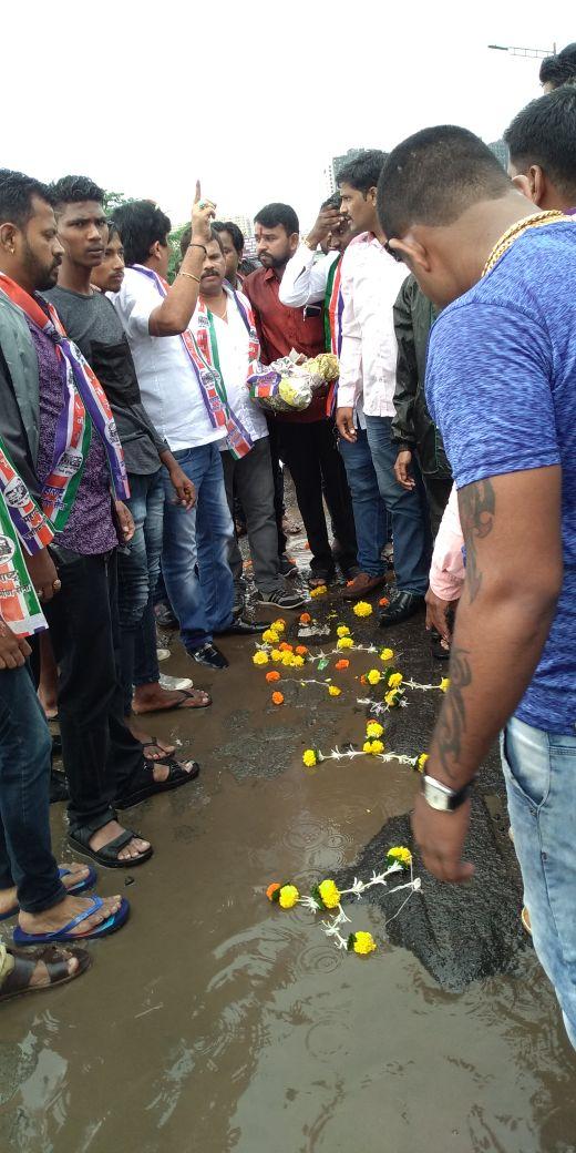 गड्ढों के विरोध में एमएनएस का अनोखा 'पूजा अर्चना' आंदोलन