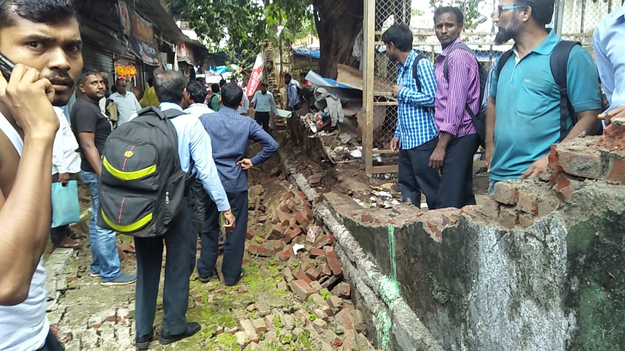 कुर्ला स्टेशनजवळ भिंत कोसळली, 4 जखमी