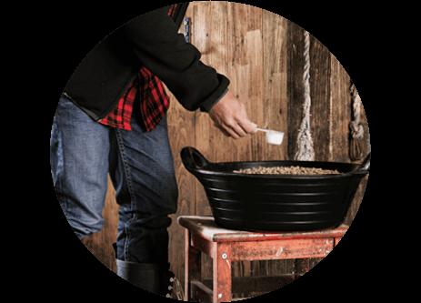 Köp foderutrustning som foderhinkar och fodertunnor online på granngården.se