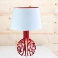 červená stolní lampa